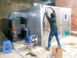 Kỹ thuật Hai Tấn đang lắp đặt máy