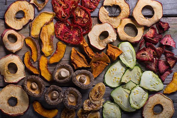 Một loạt các loại thực phẩm để sấy khô, bao gồm trái cây, rau, thịt và thậm chí các món ăn chính mà bạn nấu ở nhà